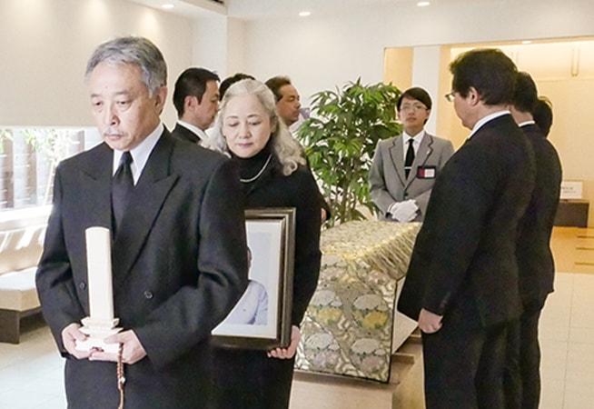 葬儀に参列するイメージ